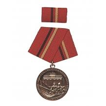 """Медаль ГДР """"За заслуги в боевых группах рабочего класса"""". Бронза. NVA, новая, в упаковке, оригинал."""